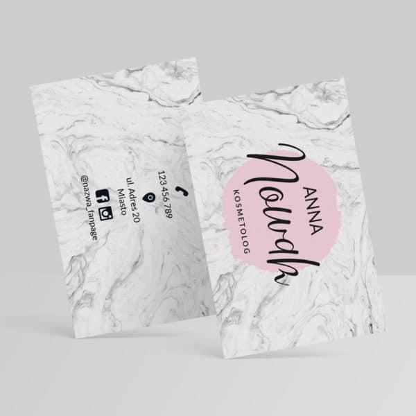 biało marmurkowa wizytówka z pastelowo różowym logiem dla kosmetologa
