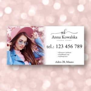 baner reklamowy do salonu urody z kobieta w różowym kapeluszu