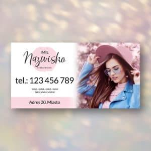 baner reklamowy do studia urody z kobieta w różowym kapeluszu
