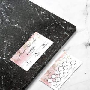karta rabatowa dla kosmetologa z różowa abstrakcja