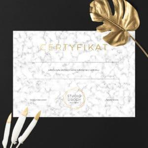 certyfikaty na warsztaty złote logo i biały marmur