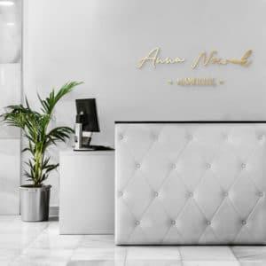 logotyp plexi na ścianę dla stylistki brwi