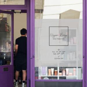 naklejka na szybę z godzinami otwarcia dla fryzjerki