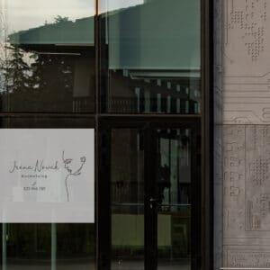 reklama na okno do salon fryzjerskiego